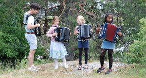 Buskspill med Otto og jentene i Nesparken