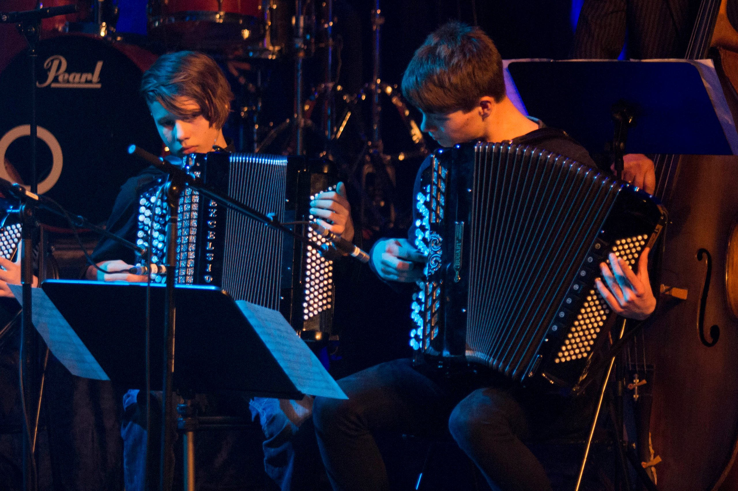 Darian Leergaard og Oskar Holmen sto for 2. stemme på trekkspill (Foto: Tor-Arne Dunderholen)